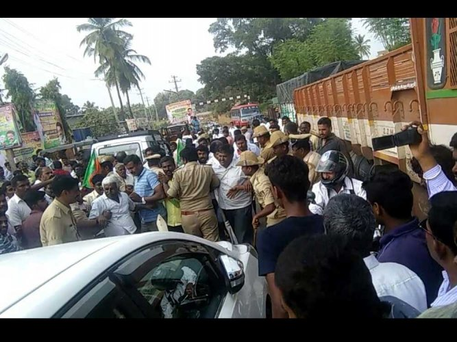 Stones hurled at BJP Parivarthana Ratha in Tumkuru