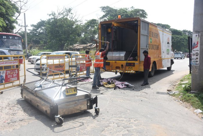 Pothole filling machine evokes lukewarm response