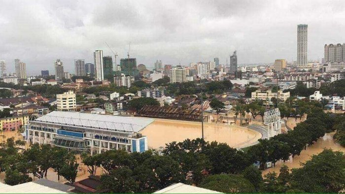 2 dead, thousands flee as floods hit Malaysia's Penang