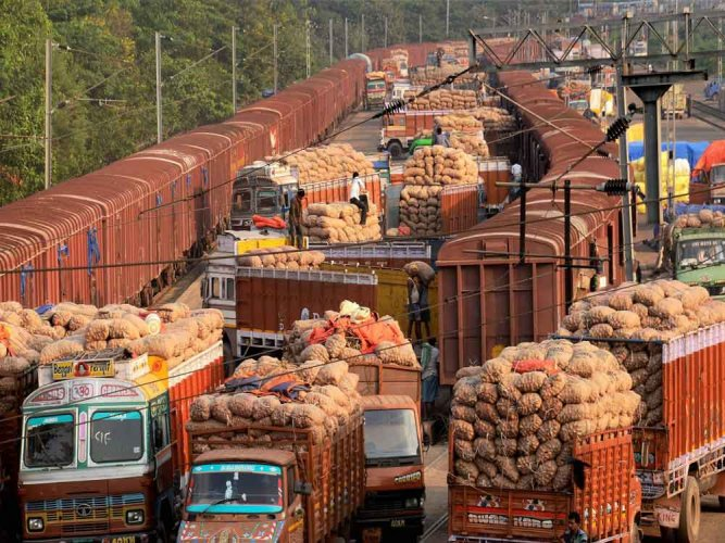 Centre to import onions to rein rising prices