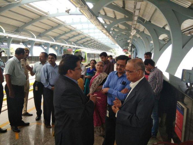 Narayana Murthy, Sudha Murty ride metro