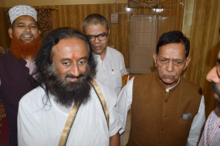 Sri Sri meets Muslim leaders in Lucknow, says dialogue will resolve all issues