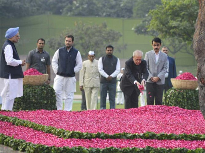 Leaders pay glowing tributes to Indira Gandhi
