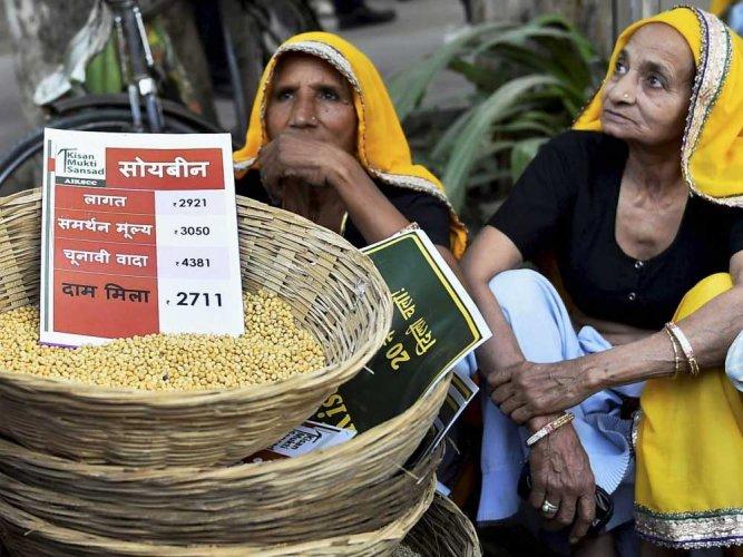 Protesting farmers converge on Delhi
