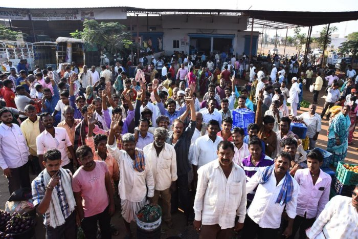 Veggie growers stage protest at APMC