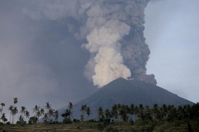 Thousands flee as Bali raises volcano alert to highest level