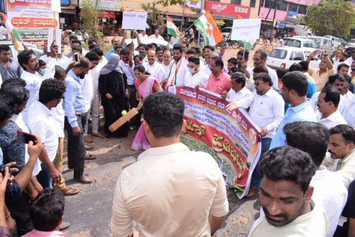 Youth Cong demands repair of pothole-ridden NH 66