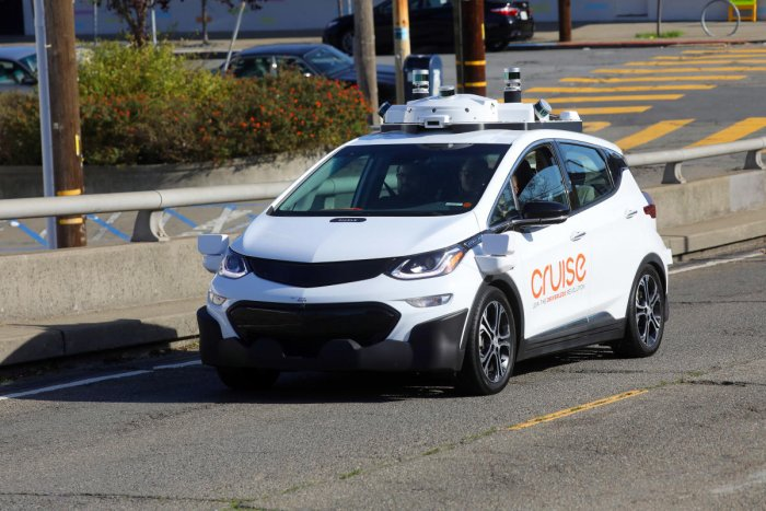 Aiming to lead pack, GM unveils driverless cars