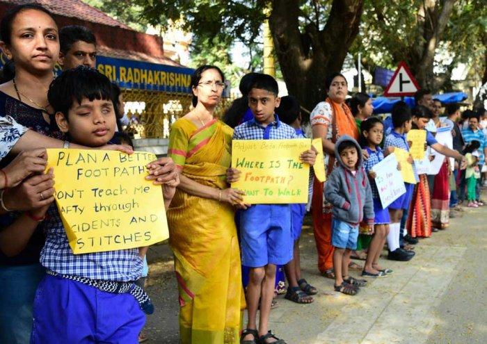 Sanjaynagar residents launch campaign demanding footpaths