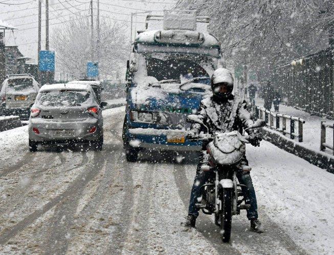 Kashmir cut off due to snowfall; air, road traffic affected