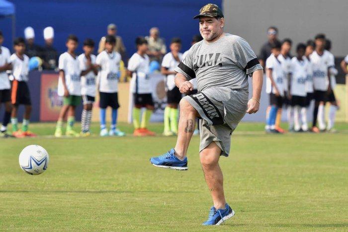 Maradona mesmerises school kids