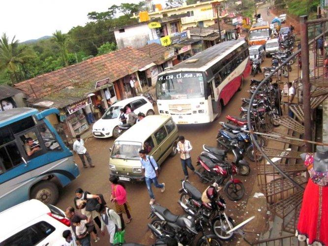Lack of bus shelter, congested road haunt Shanivarasanthe
