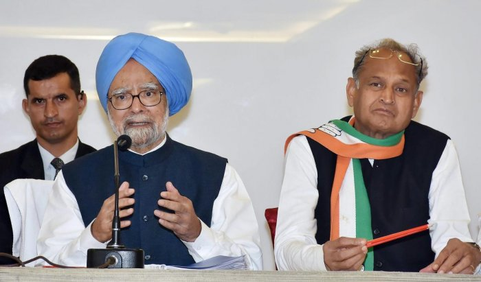 Manmohan attacks Modi again on Pak collusion issue ahead of 2nd phase of Guj poll