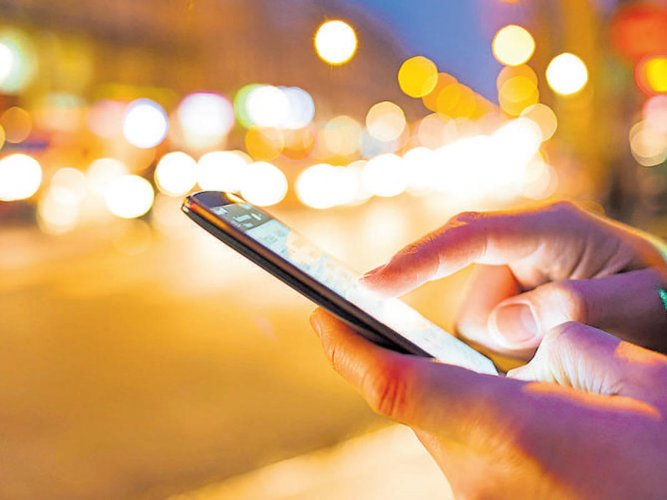 51% mobile users in India look at their phones every 10