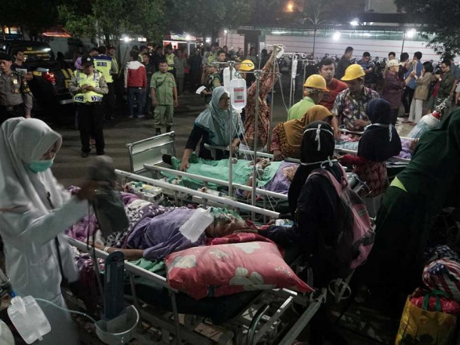 One dead, thousands flee as storm pounds Philippines
