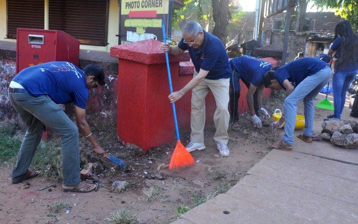 Volunteers clean drains and road in Hampankatta