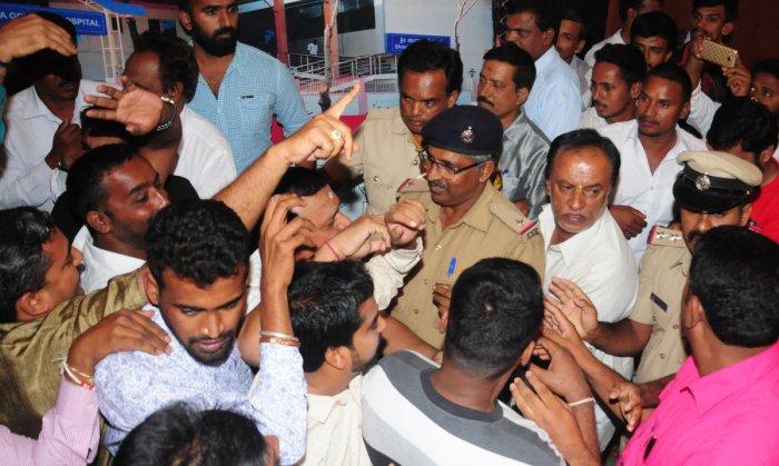 Tense moments witnessed during Lingayat body meet