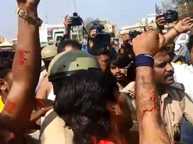 Mahadayi protest: Karave activists cut themselves