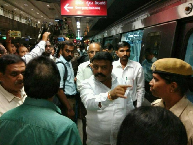 Power glitch leads to chaos in Metro during peak hours