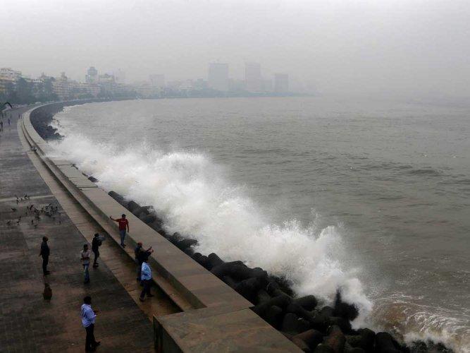 Seven die in copter crash off Mumbai