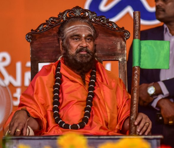 Rambhapuri seer targets pontiffs, politicians for decimating religion