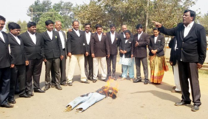 Lawyers boycott court, burn PSI's effigy