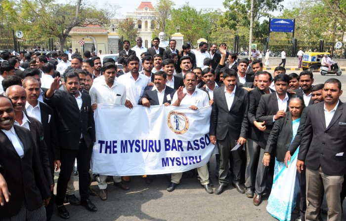 Lawyers boycott court for the third day