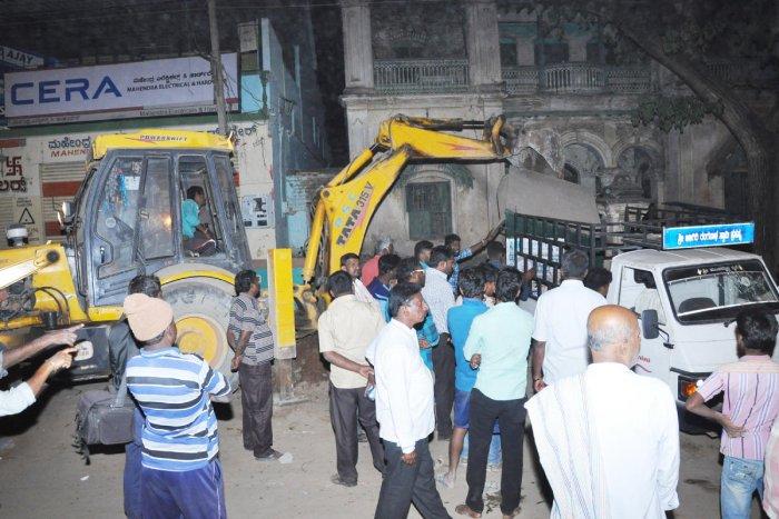 Anti-encroachment drive at Ratha Beedhi in N'gud