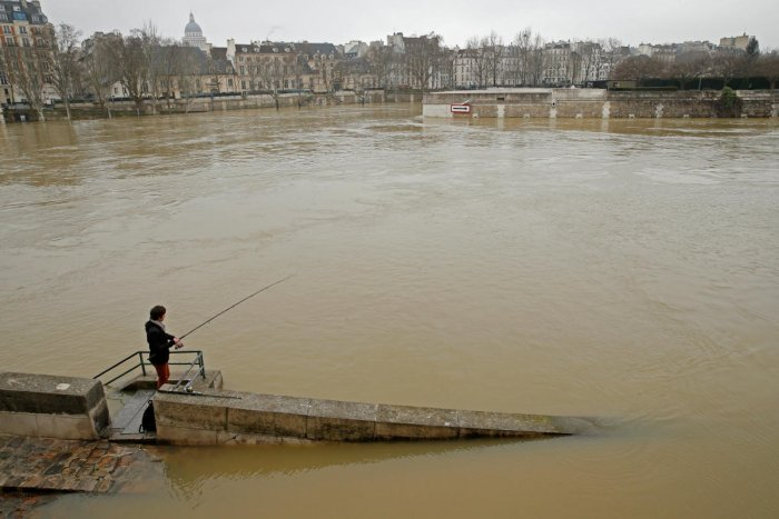 Seine swells higher, keeping Paris on alert