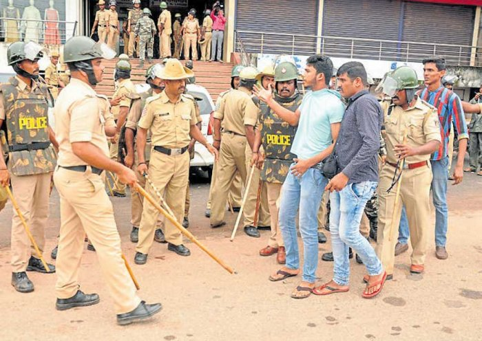 Bidar bandh: Demonstrators pelt stones, police lathi charge them