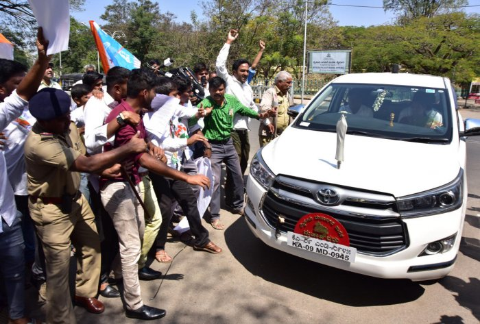 Cong, NSUI protest against mayor for joining hands with JD(S), BJP