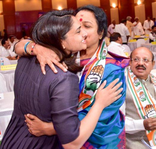 CM asks Congmen: Can't you be aggressive like Shobha, Hegde