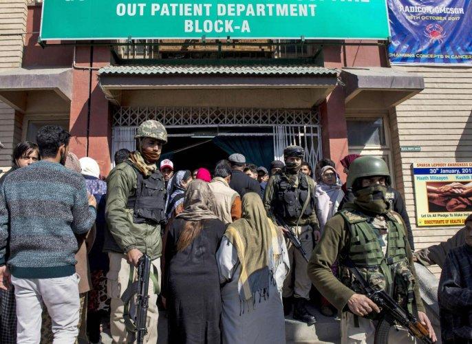Militants attack J&K hospital, help Lashkar ultra to escape