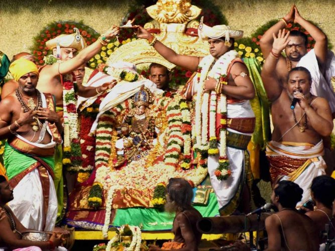 HC bars public from carrying mobiles to Madurai temple