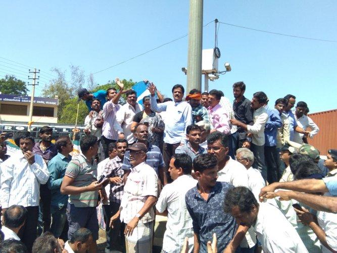 Farmers block NH near Terikere, demand transfer of SP who 'manhandled' ex MLA