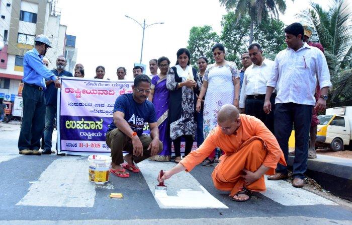 Volunteers paint humps in Bejai Church junction