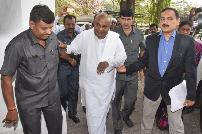 Police jeeps used to shift poll cash: Gowda