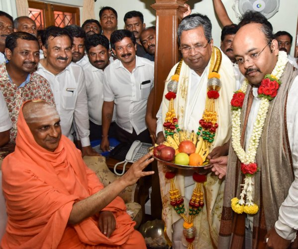 Skip Lingayat issue during campaign, Cong tells leaders