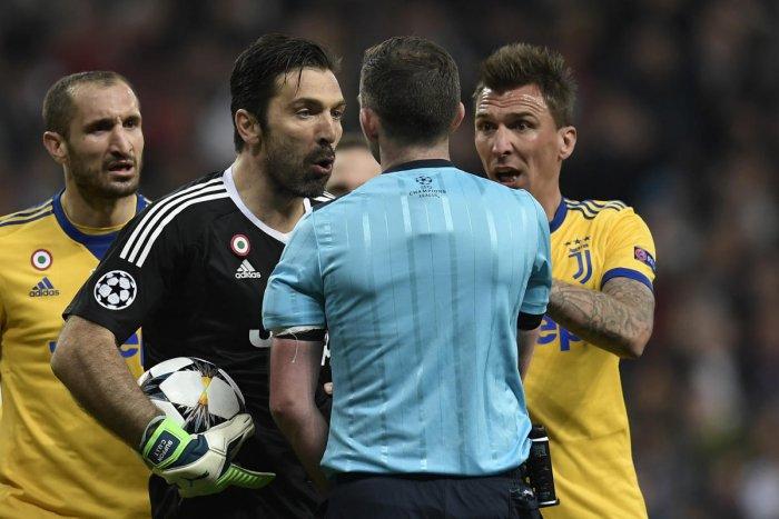 Referee has garbage bag instead of heart: Buffon