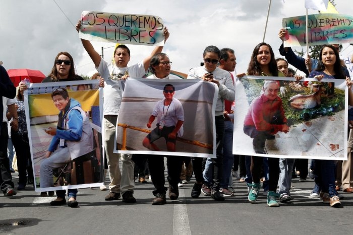 Ecuador gives kidnappers 12 hours for news on abducted reporters