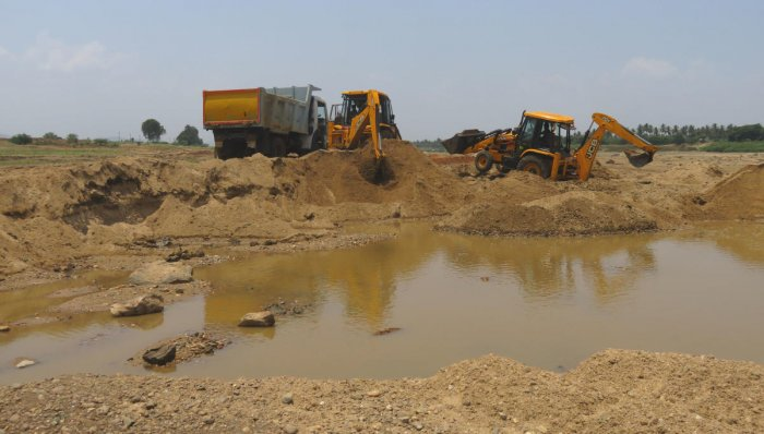 Illegal sand mining continues unabated in Huvinahadagali