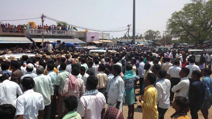 Molakalmuru: Sriramulu's campaign begins on violent note