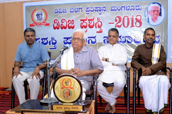 Senior writer A Narasimha Bhat speaks at DVG award ceremony organised by DVG Balaga Foundation in Mangaluru on Sunday.