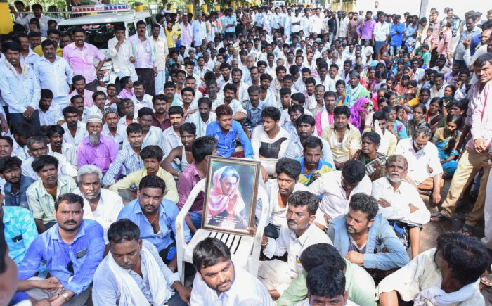Followers of Jagalur MLA H P Rajesh took out a protest rally from Gandhi circle to District incharge Minister S S Mallikarjun in Davangere on Tuesday. Demanding to give B Form/Ticket to H P Rajesh to contest Vidhana Sabha Election from Jagalur Taluk (17-04-18), Photo By : Anup R. Thippeswamy.