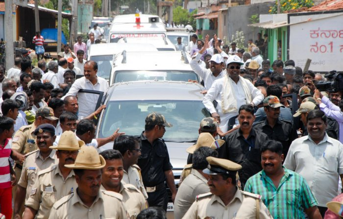Chief Minister Siddaramiah along with Dr Yatindra Siddaramaiah takes out a road show Varuna Assemble in Mysuru on Tuesday. DH/PV Photo