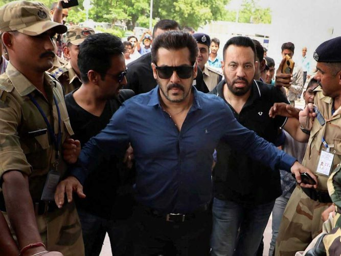 Khan appeared before Additional Sessions Judge M G Deshpande and completed all the formalities of furnishing the surety, after which the court cancelled the warrant.