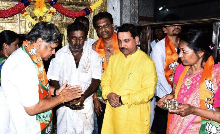 Jagadish Shettar during his visit to Maruti Temple at Nagashettikoppa, before filing the nomination, in Hubballi on Monday. Pralhad Joshi, Shilpa Shettar and others are present.
