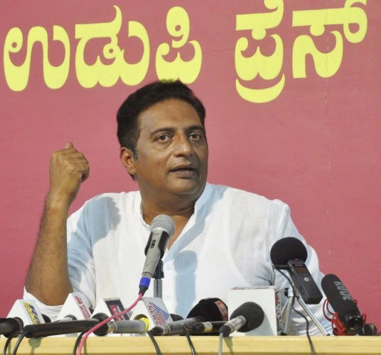 Actor Prakash Raj speaks at an interaction with mediapersons in Udupi on Tuesday.