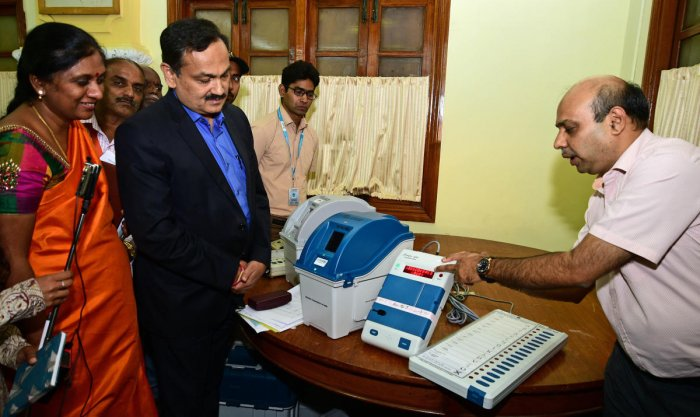 An officer demonstrates the use of new-generation Mark-3 EVMs and VVPAT machines to chief electoral officer Sanjiv Kumar in Bengaluru on Wednesday. dh photo