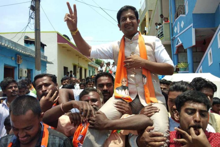 Hosakote BJP candidate Sharath Bacchegowda campaigning at Hosakote assembly canstituency on Friday. DH Photo